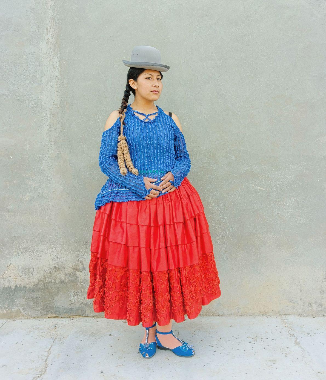 Wara posa para uma foto com suas roupas de luta.