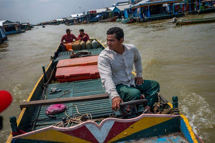 Depois que Phan Sok Phoen apanhou duas barbelas gigantes, os comerciantes vietnamitas tentaram persuadi-lo a vender ...