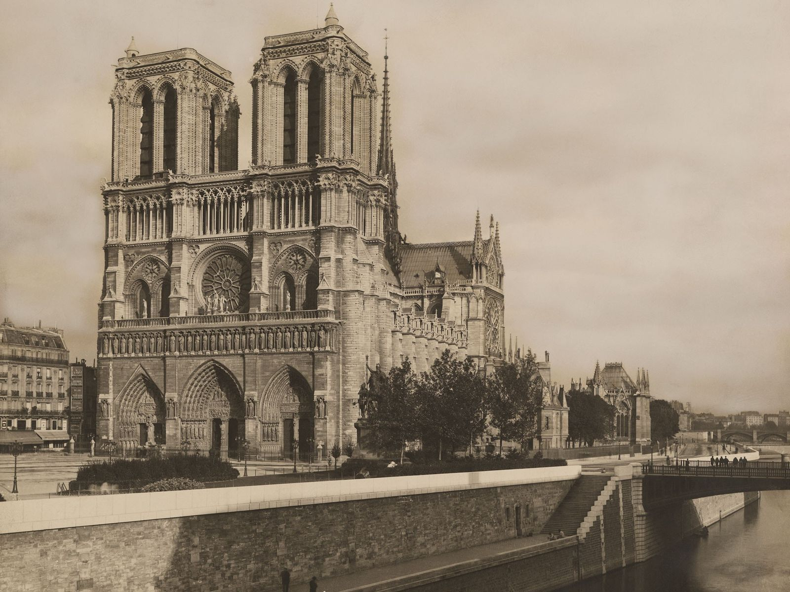 Construída às margens do rio Sena, a catedral de Notre Dame (fotografada aqui na década de ...
