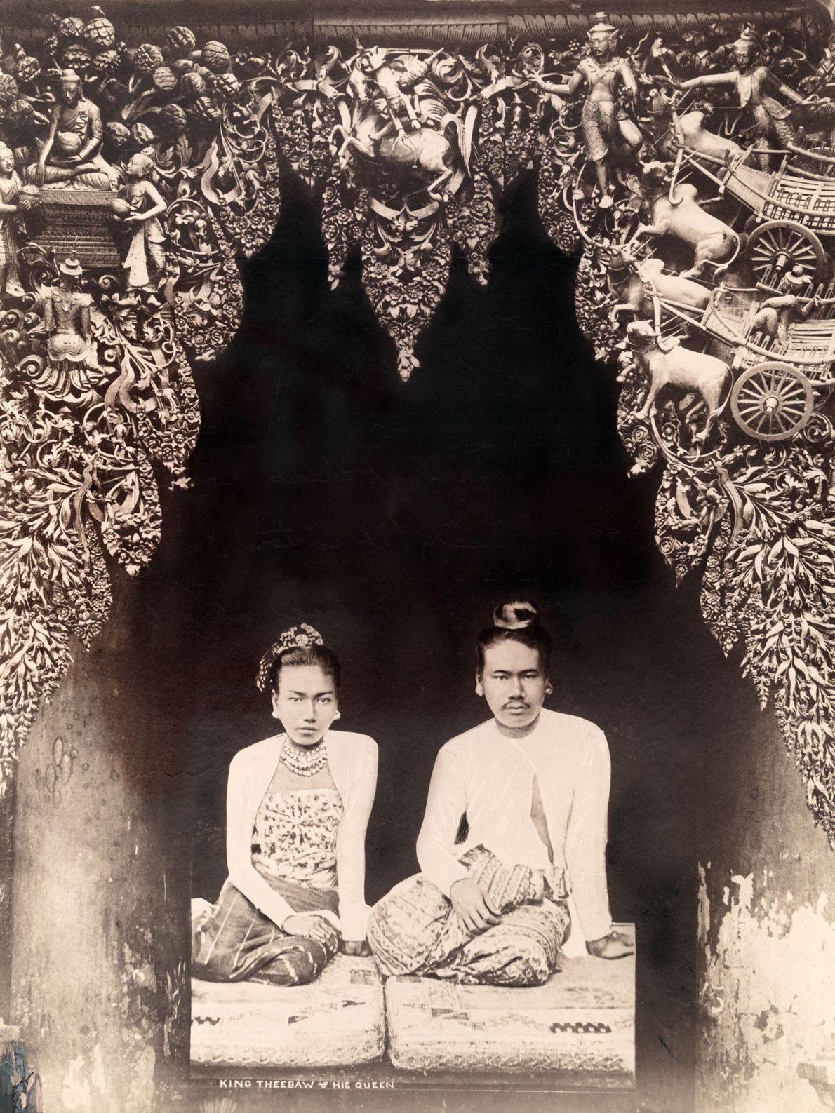 O Rei Thibaw e a Rainha Supayalat, os últimos monarcas a reinarem sobre a Birmânia (agora ...