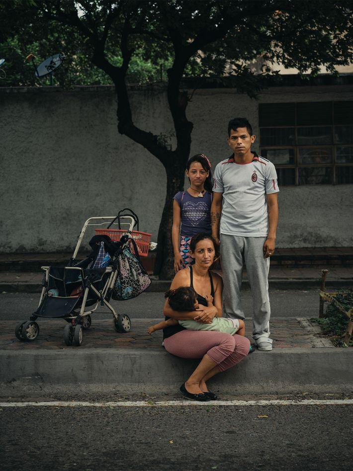 José Barrios, 27 anos, é forçado a pedir dinheiro e comida nas ruas de Cúcuta com ...