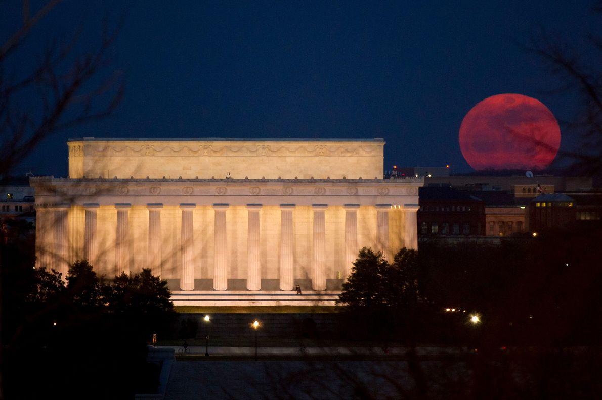 Superlua aparecendo próximo ao Memorial de Lincoln, em Washington, D.C., em 19 de março de 2011.