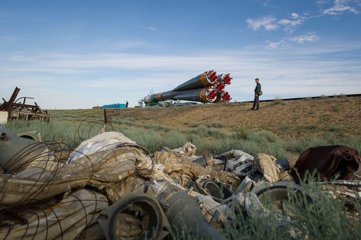 A espaçonave Soyuz TMA-04M é carregada de trem até a plataforma de lançamento do Cosmódromo de ...