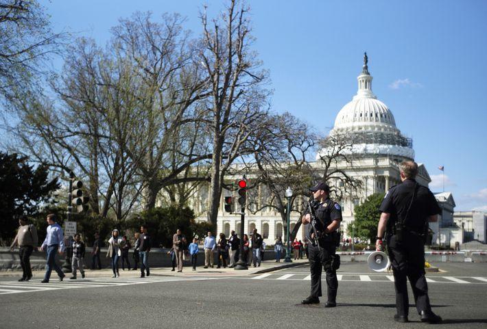 Policiais do Capitólio fazem guarda na Avenida Independência enquanto o Capitólio é evacuado depois de um ...