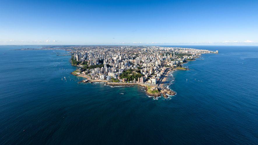 Panorama da cidade. No centro da imagem, o Farol da Barra, em Salvador, Bahia.
