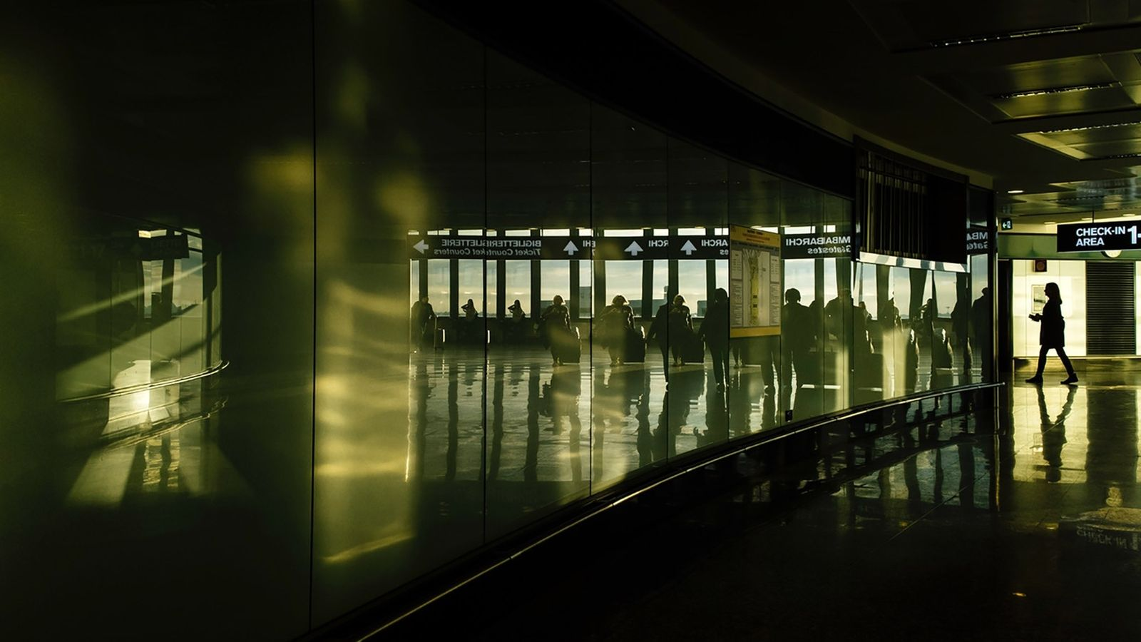 Viajantes chegando aos portões de embarque no Aeroporto Internacional de Milão-Malpensa, na Itália, em 2016.
