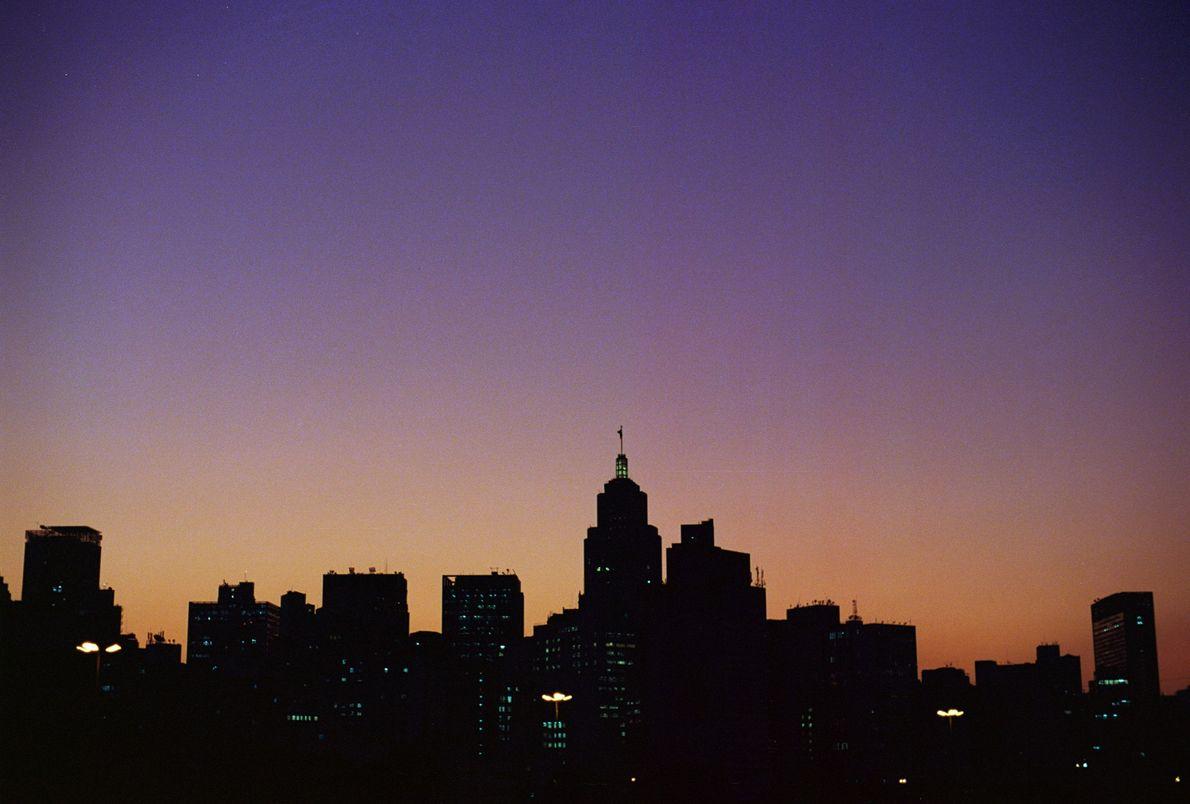 O Sol se põe sobre a cidade de São Paulo (SP).