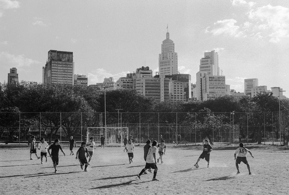 Pelada de futebol no parque Dom Pedro II, centro de São Paulo (SP).