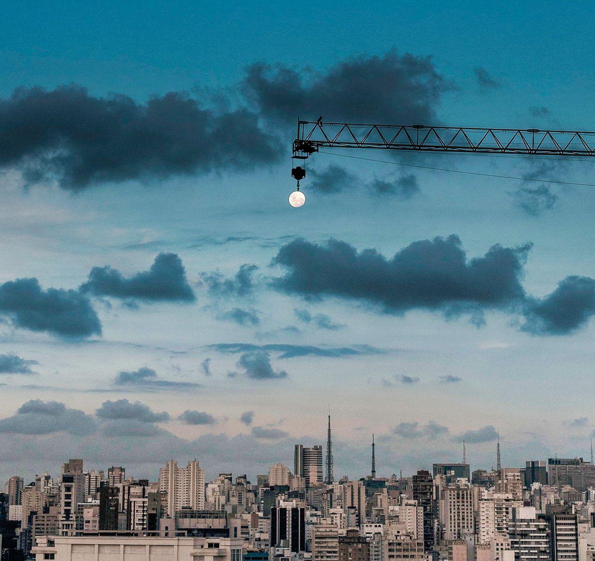 Lua Cheia ilumina a cidade de São Paulo (SP).