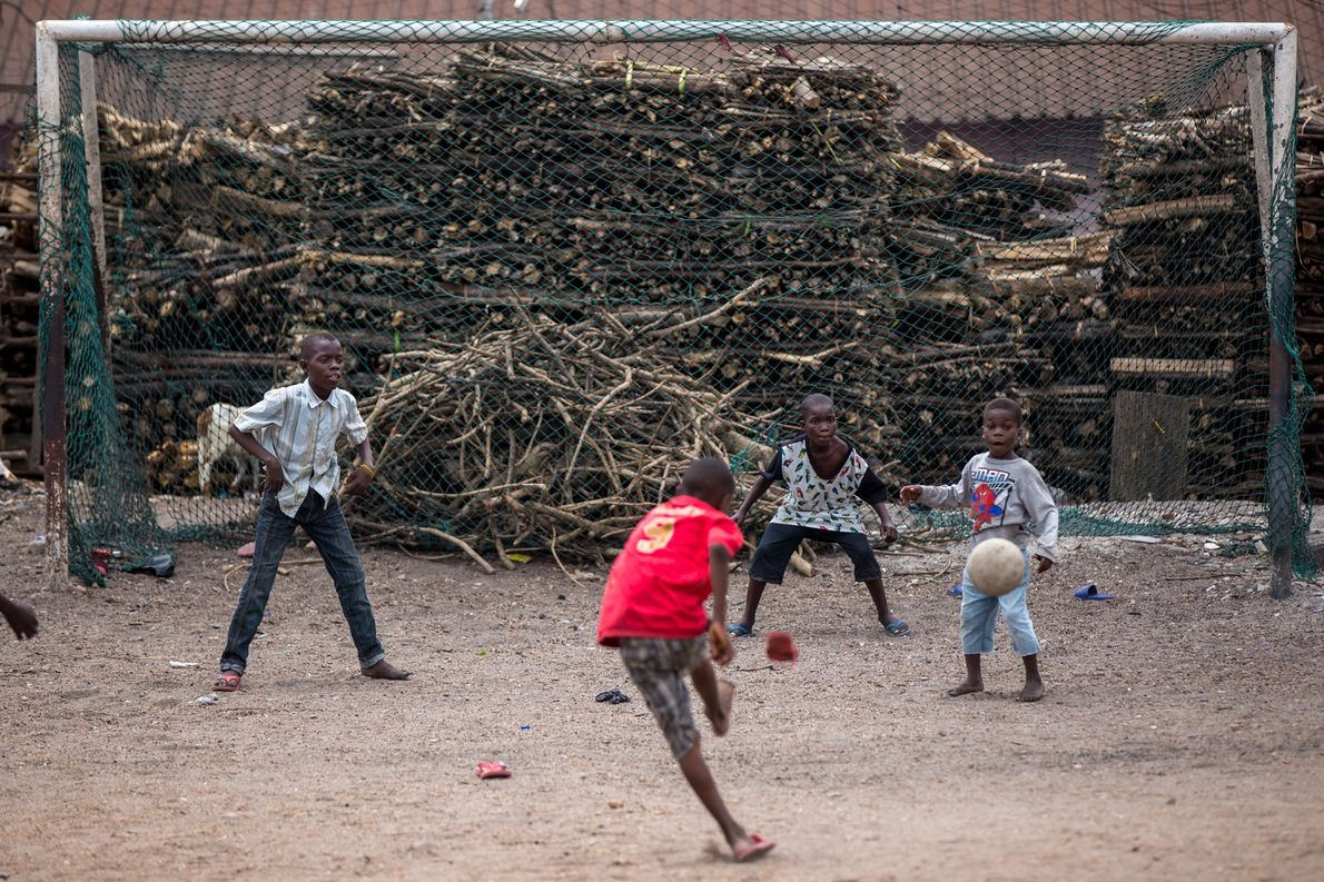 Crianças jogam futebol nos arredores do bairro tabom em Acra, no Gana.