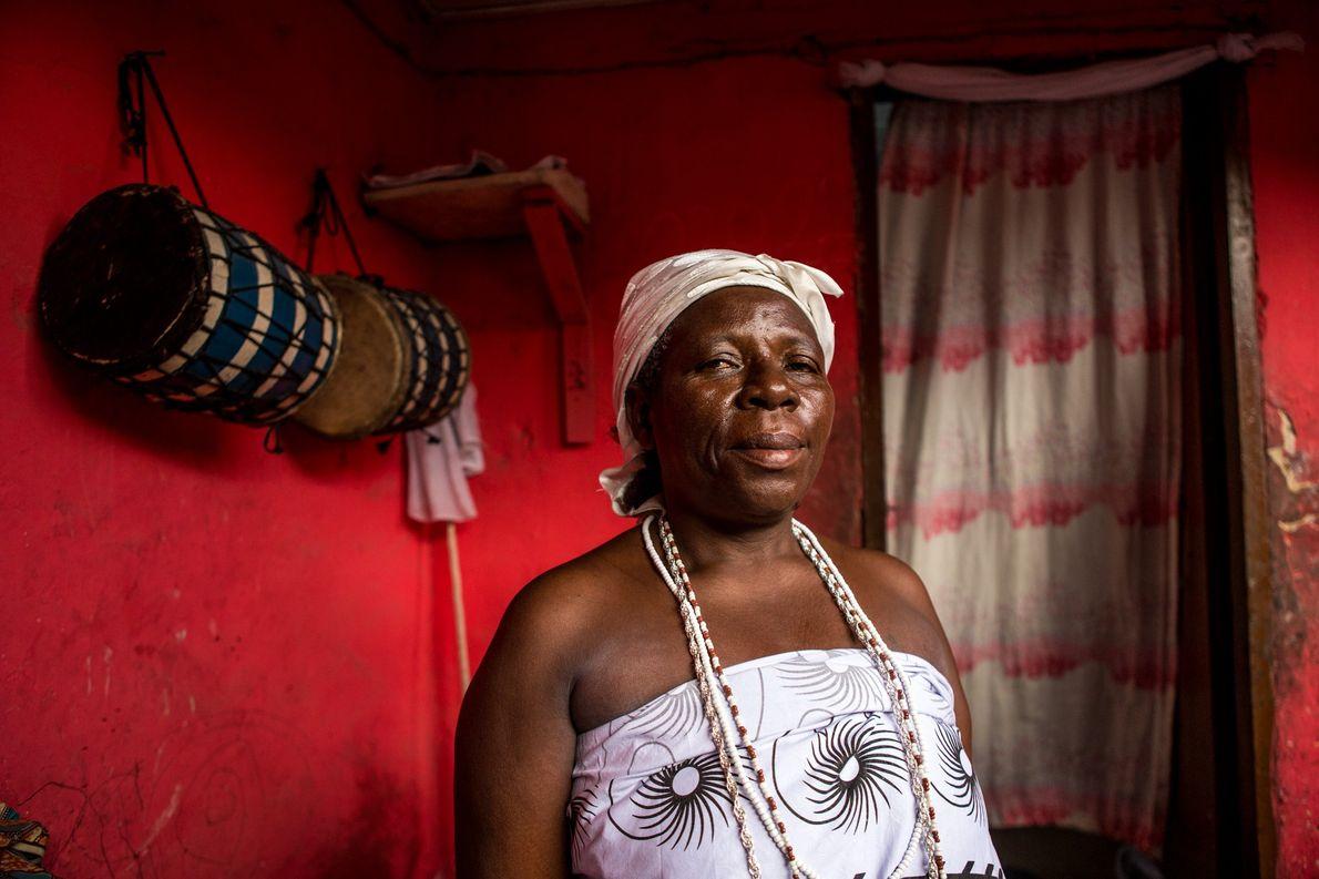 Lekia Nelson em Acra, Gana. Lekia é quem recebe o espirito de Xangô. Ela é uma …