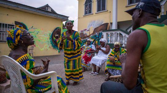 Apresentação de agbe (música tradicional dos tabom) no pátio da Brazil House, em Acra, Gana. Apesar ...