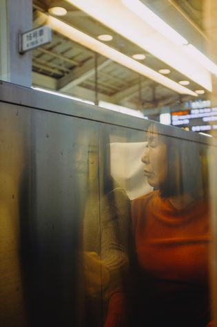 Duas mulheres no trem Shinkansen, pouco antes de partir de Tóquio.