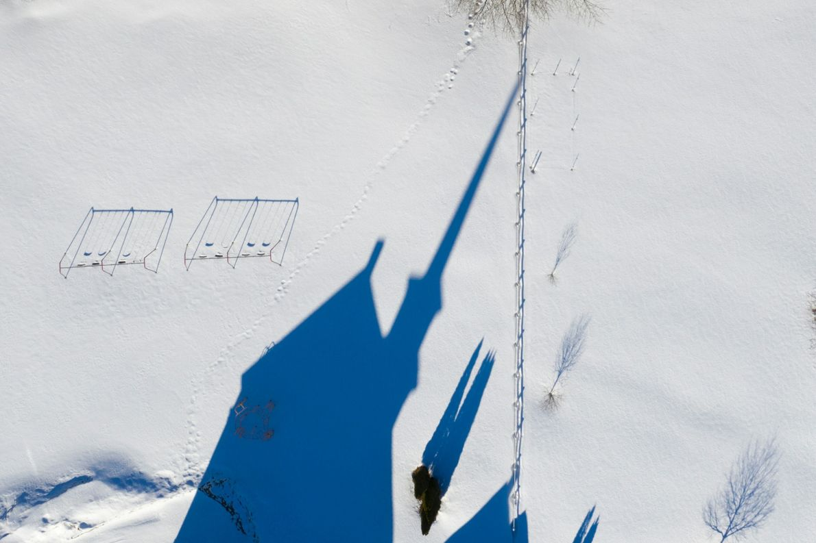 A sombra da prefeitura da cidade de Granville, em Vermont, projetada na neve. Para capturar sombras ...