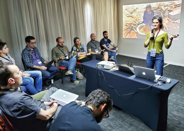 A antropóloga Clara Fortes apresenta seu projeto para os colegas exploradores