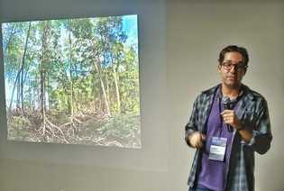 O ecólogo marinho Angelo Bernardino estuda o impacto do desmatamento de manguezais no aquecimento global