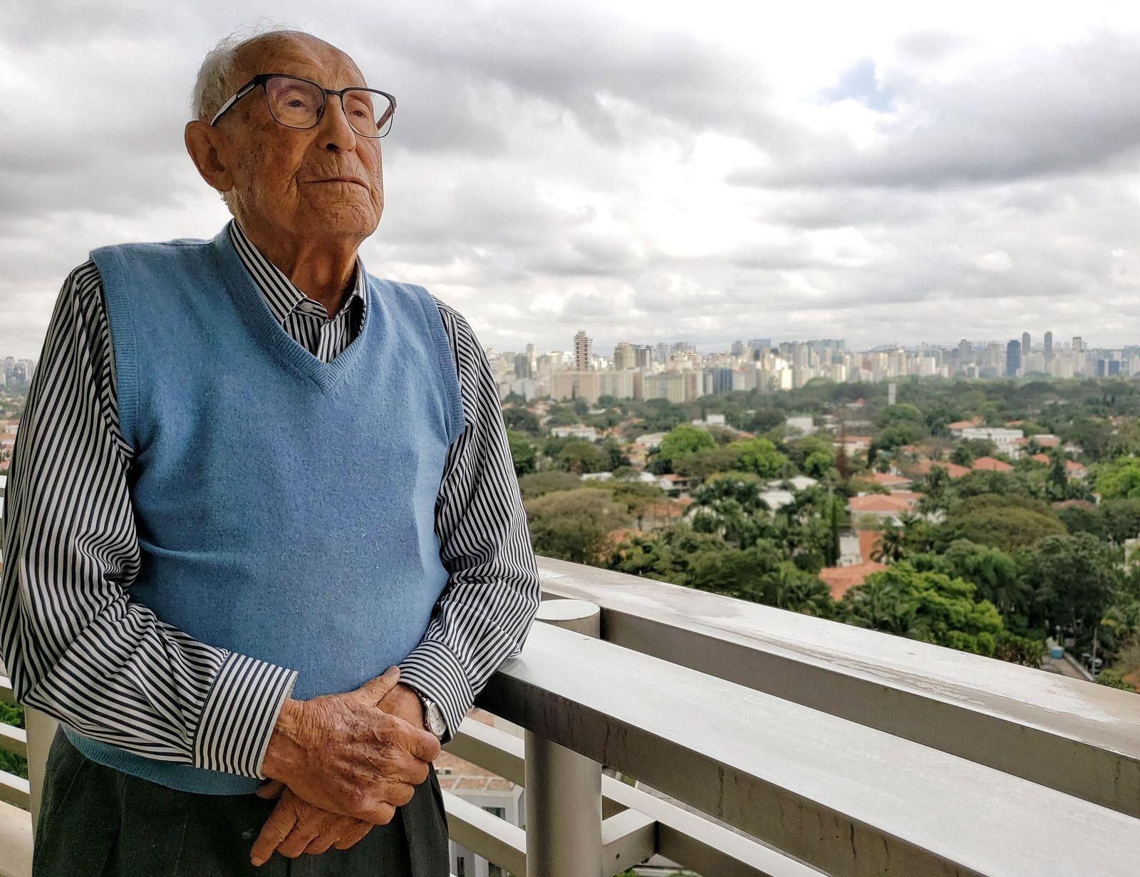 """Aos 96 anos, Kiwa mira a cidade São Paulo da sacada de seu apartamento:  """"O ..."""