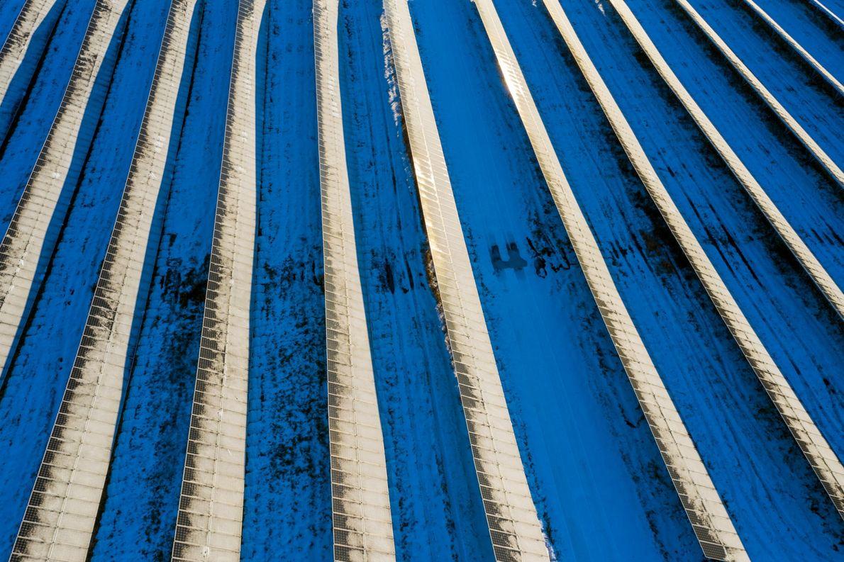 Painéis solares em meio à neve em tons de azul em Sudbury, Vermont, transformam-se em arte ...