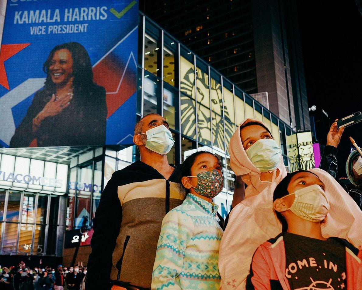Ali, do Paquistão, comemora a vitória da campanha Biden-Harris com sua família na Times Square. Com ...