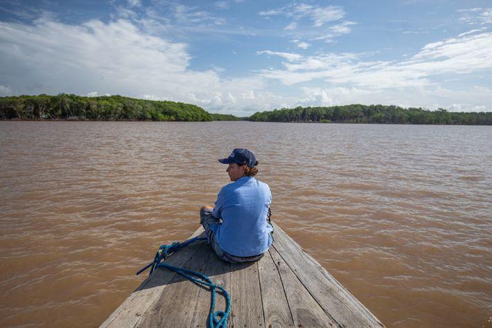 Na proa do barco cruzando o rio Parnaíba, Flávia observa os grandes manguezais nas margens. Nessa ...