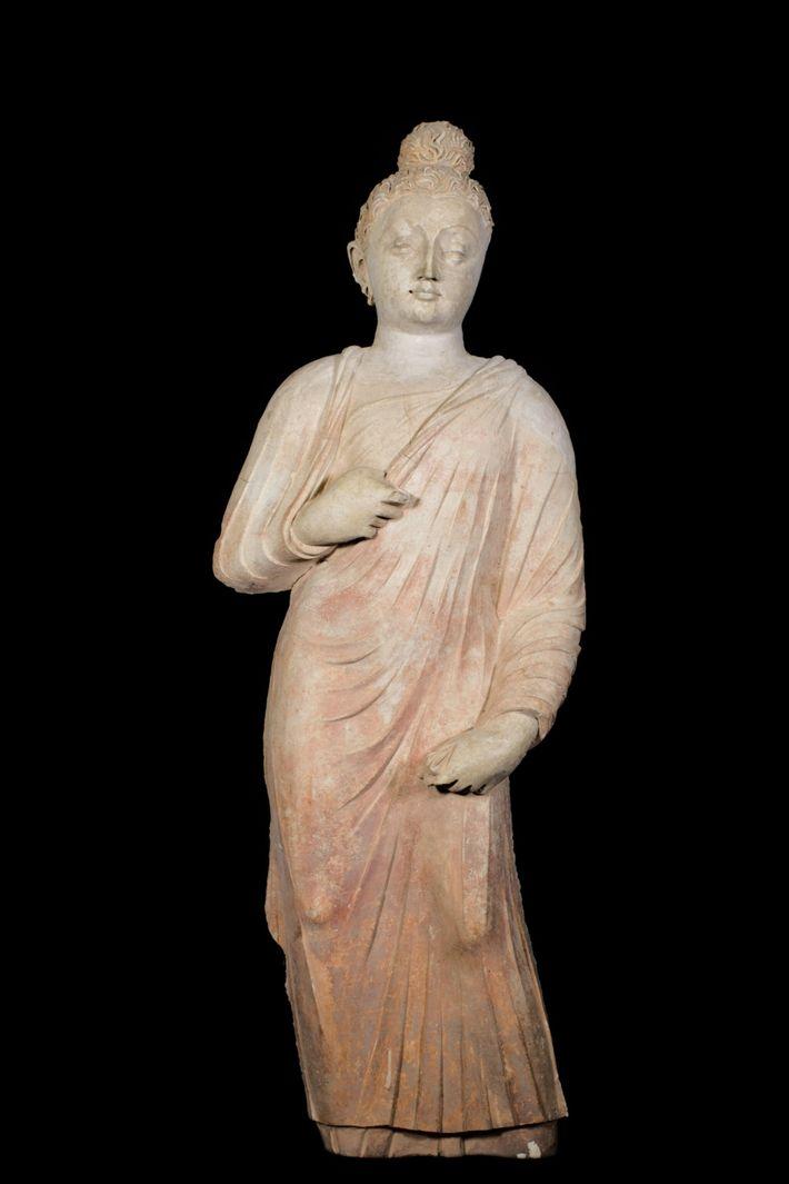 Um Buda de pé esculpido em argila, agora situado no Palácio Presidencial, revela influências da Índia ...