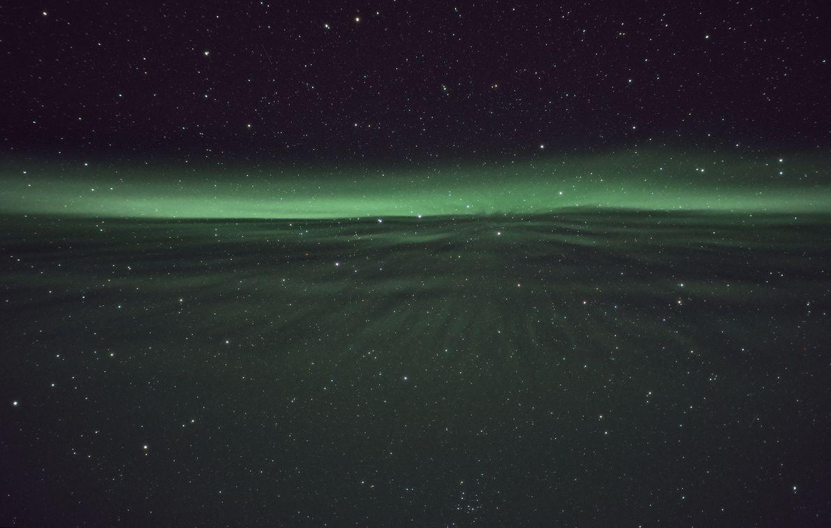 Uma aurora flutua pelo céu em Sirkka, Finlândia.