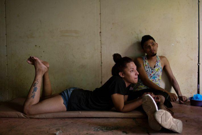 Alexa conheceu seu namorado, Norlan Alexander González Cruz, à esquerda, em Tapachula, no centro para migrantes ...