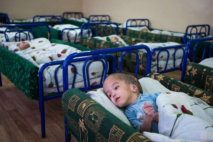 Rustam Janabaev, 6, descansa em seu leito no Centro de Serviços Sociais Especiais para Crianças em ...