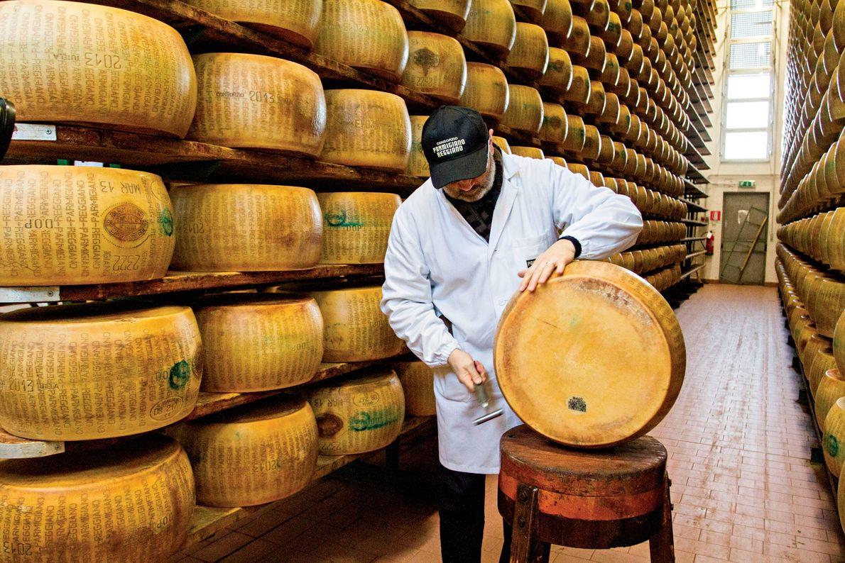 Parma, Itália Um mestre avaliador do consórcio italiano Parmigiano-Reggiano testa a qualidade do famoso queijo de Parma.  Por ...