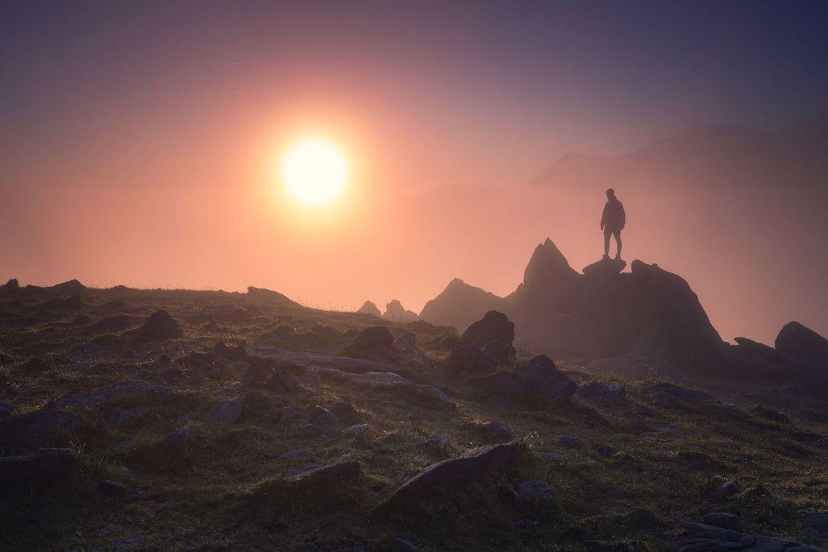 O pico mais alto da Irlanda, Carrauntoohil. Arrebol é um brilho avermelhado frequentemente visto nos cumes ...
