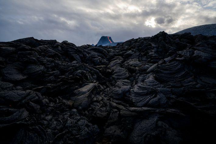 Ao resfriar, a lava perto do vulcão Fagradalsfjall adquiriu um aspecto irregular.