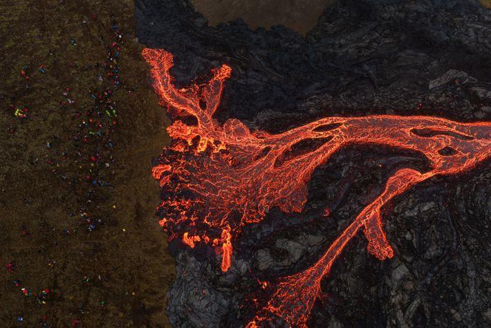 Foto tirada por drone mostra lava de sílica escorrendo do vulcão Fagradalsfjall.