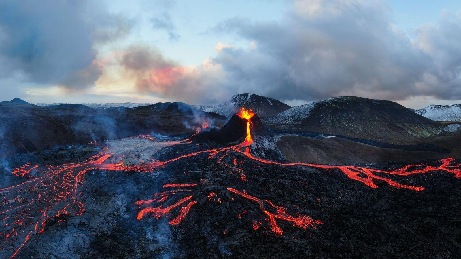 Fluxos de lava criam padrão semelhante a um mapa nas rochas de basalto negro no vulcão ...
