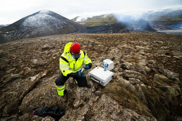 Membros da equipe de Busca e Resgate da Islândia (Ice-Sar, na sigla em inglês) medem os ...