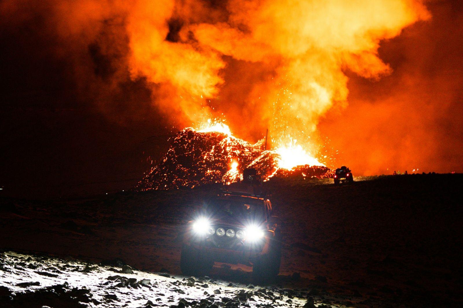 Veículos de busca e resgate percorrem a área ao redor do vulcão Fagradalsfjall, na Islândia, em ...