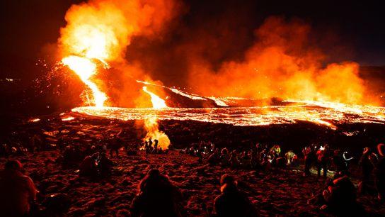 Fluxos de lava fascinam visitantes após o anoitecer.