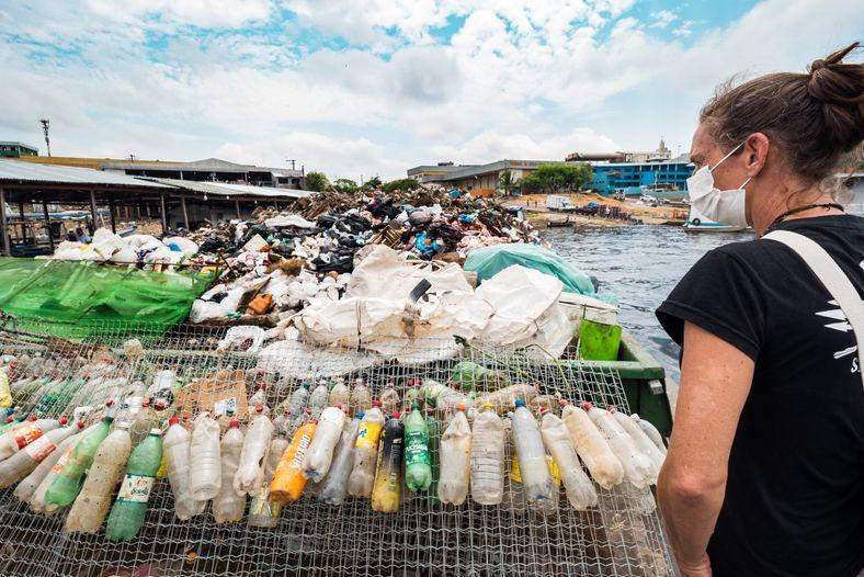 Elisa Muller observa a balsa que faz a limpeza semanalmente dos igarapés e coleta de resíduos ...