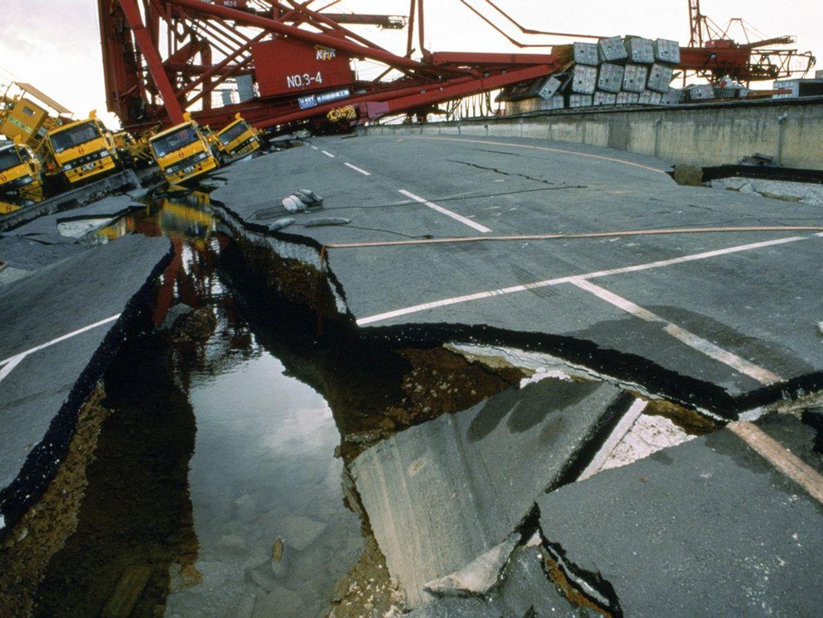 asfalto quebrado após terremoto
