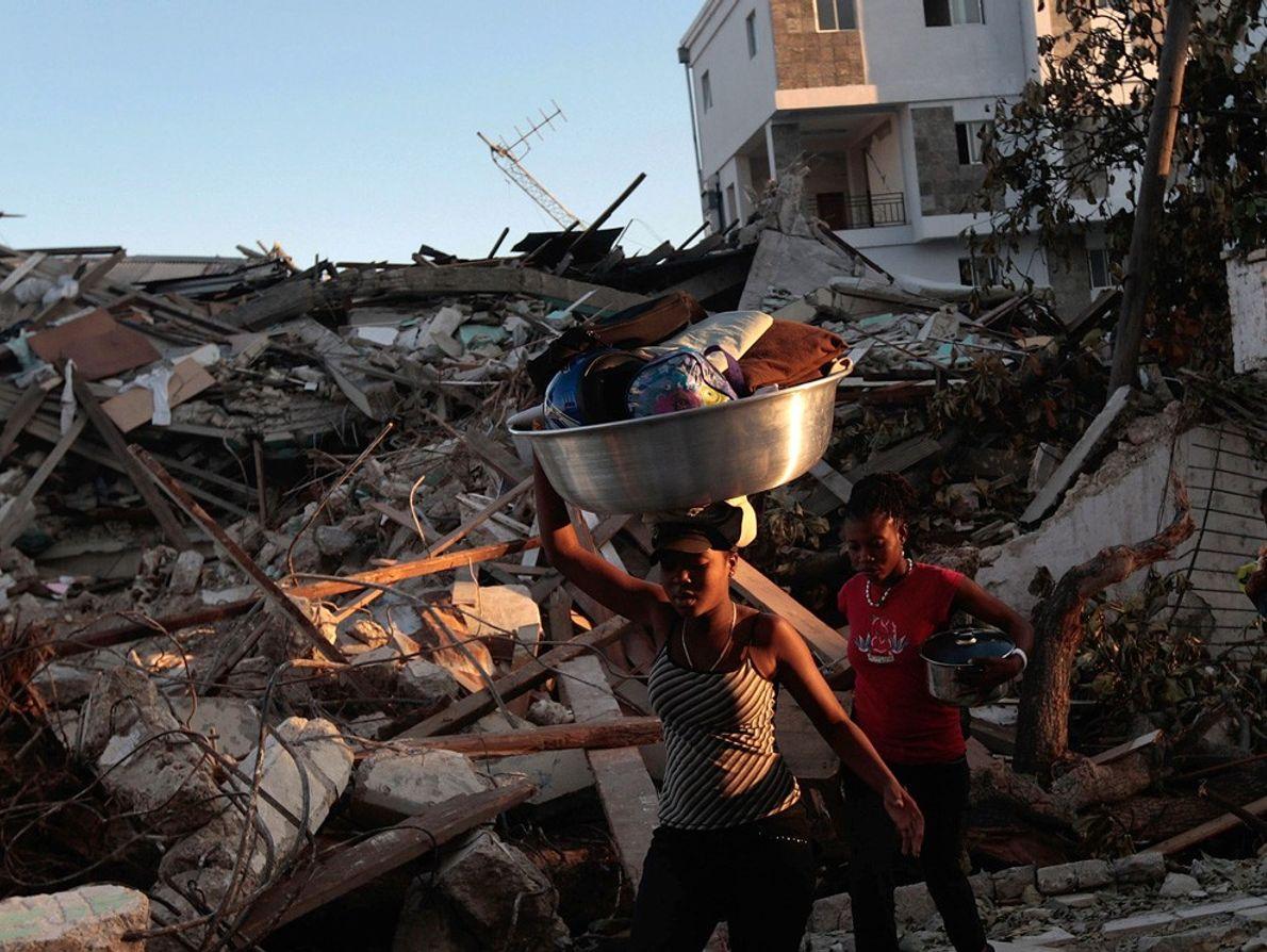 Haitianos após terremoto