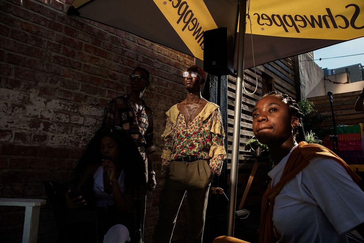"""Membros do """"The Creatives"""", um coletivo de jovens artistas sediado em Pretória, assistem a um show ..."""