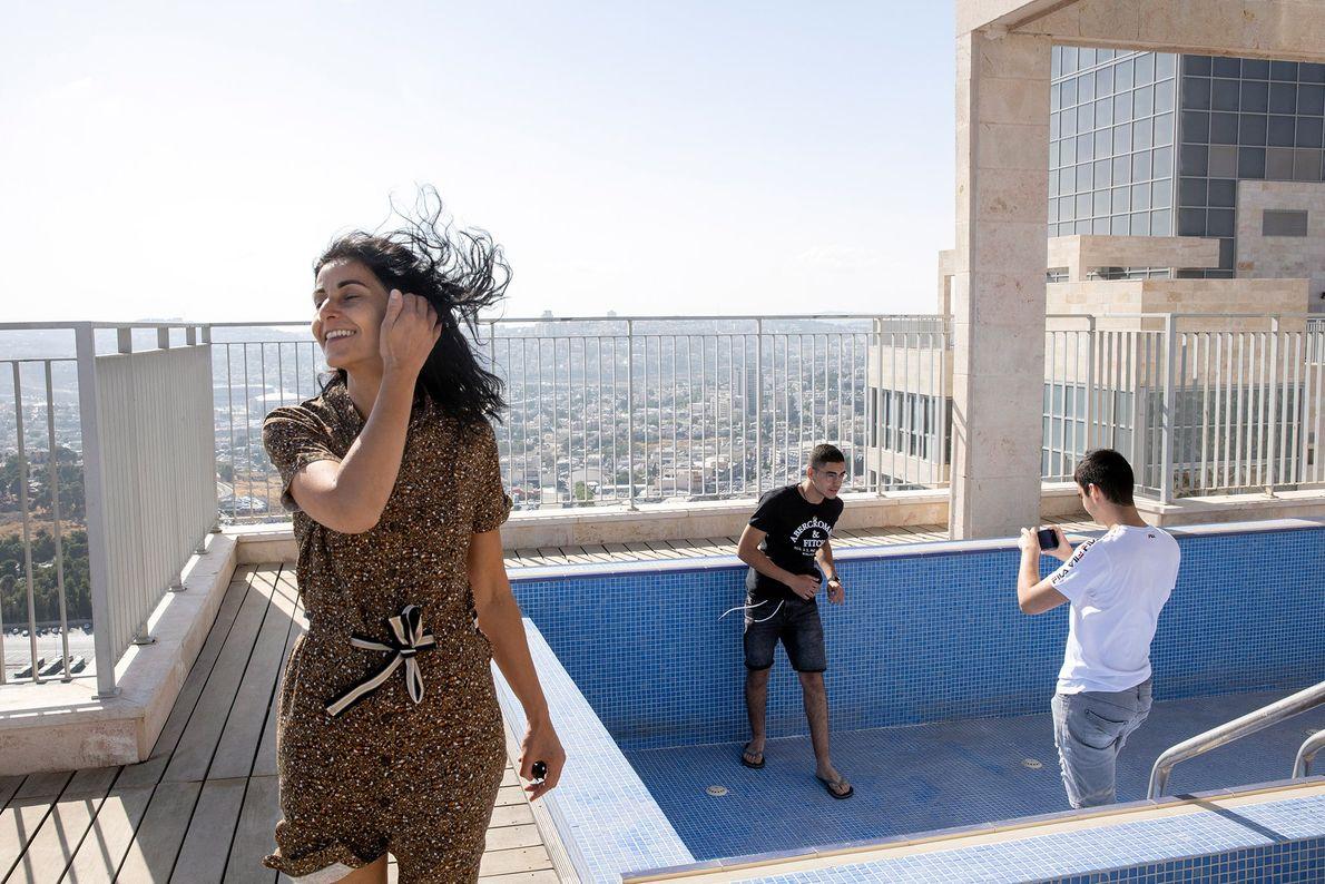 No primeiro dia em Jersulem, Yael, Gabriel e Netanel Zeitoun exploram o telhado de seu novo ...