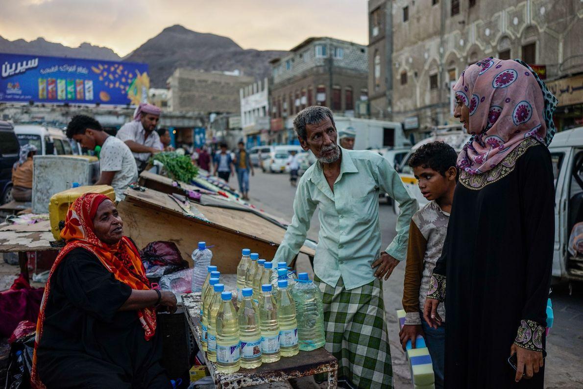 Mulher vende garrafas plásticas de gasolina — cara e inacessível para milhões de pessoas em todo ...