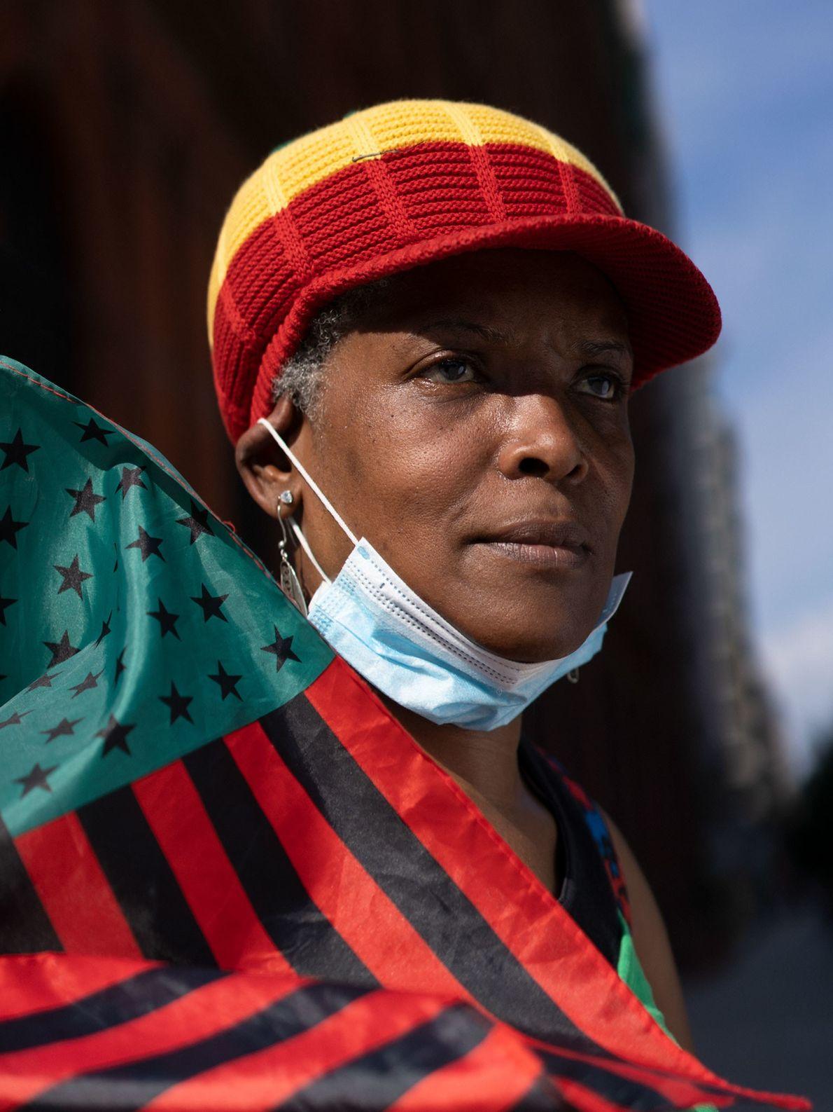 Maria Modlin, conhecida também como Yaya, de 55 anos, marcha com um grupo de manifestantes do ...