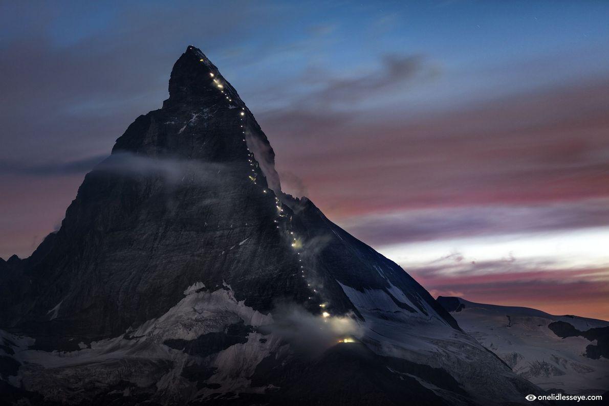O Monte Cervino iluminado no 150º aniversário da primeira escalada. Os primeiros a chegarem no topo ...