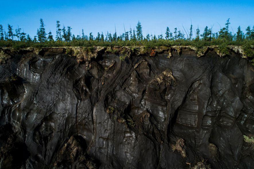 O permafrost pode ser visto ao longo do perímetro da cratera Batagaika.