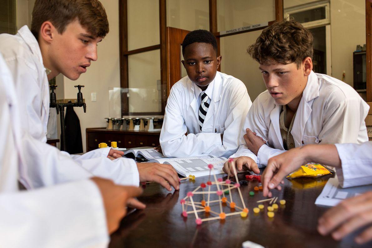 Alunos participam de aula no laboratório no Hilton College, internato em Hilton, África do Sul.