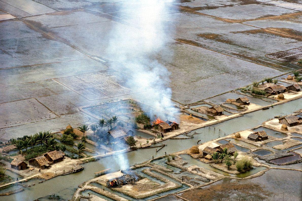 As forças comunistas do norte do Vietnã deixam um rastro de destruição em Vinh Quoi, um ...