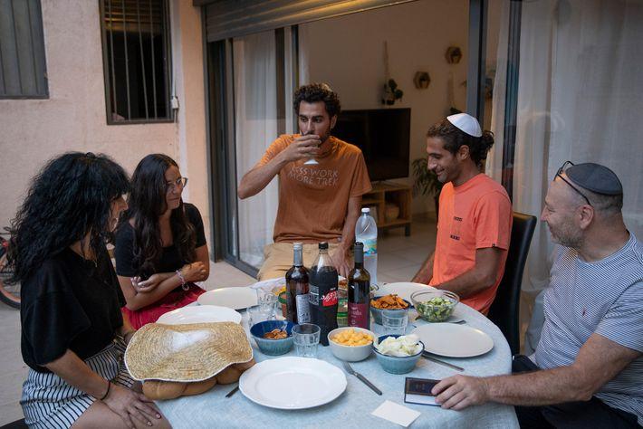 Uriel (direita) e Isabelle (esquerda) Herzberg comemoram seu primeiro jantar de Shabat como cidadãos de Israel ...