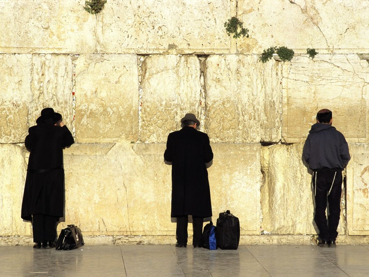 homens-rezam-muro-das-lamentacoes