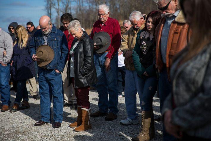 Os sobreviventes se reuniram para homenagear os 36 colegas de trabalho que morreram de câncer e ...